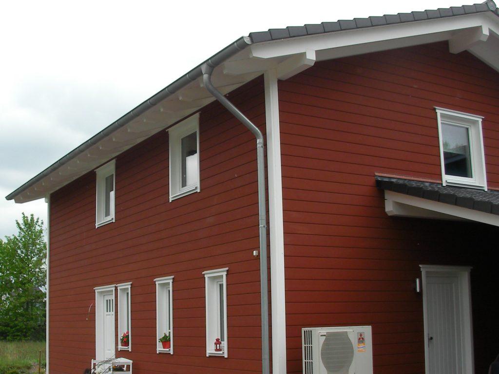 Rote Fassade am Holzhaus