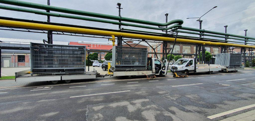 LKW Anlieferung Bauzaunelemente vor den Hallen der AREALBÖHLER