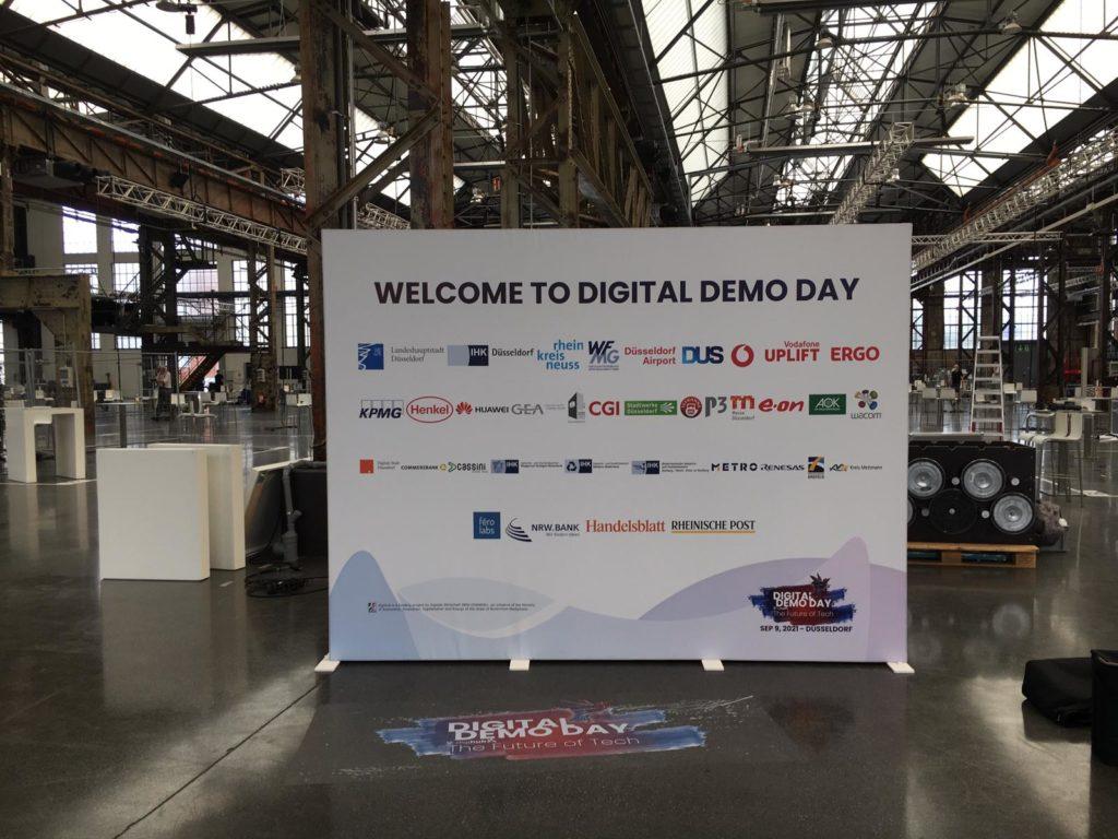 Welcome To Digital Demo Day Werbeplane am Mobilzaun